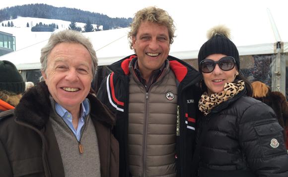 10. Jean-Pierre et Sylvie Capony entourant Philippe, le chanteur des Jumeaux