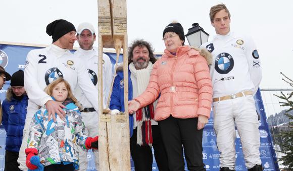 1. L'équipe BMW félicitée par Sylviane Grosset-Janin, maire de Megève et le sculpteur Pierre Masia