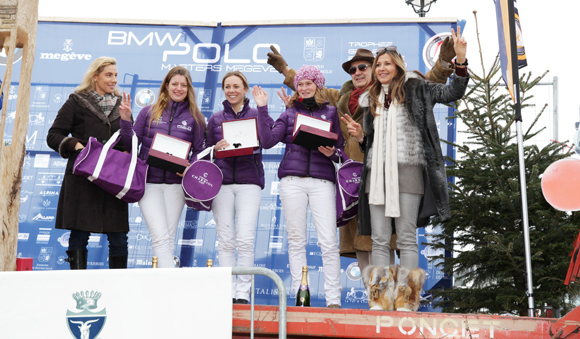 3. L'équipe Charriol (Gaëlle Gosset, Laurence de Dampierre, Philippine Empain) monte sur la première marche du podium féminin