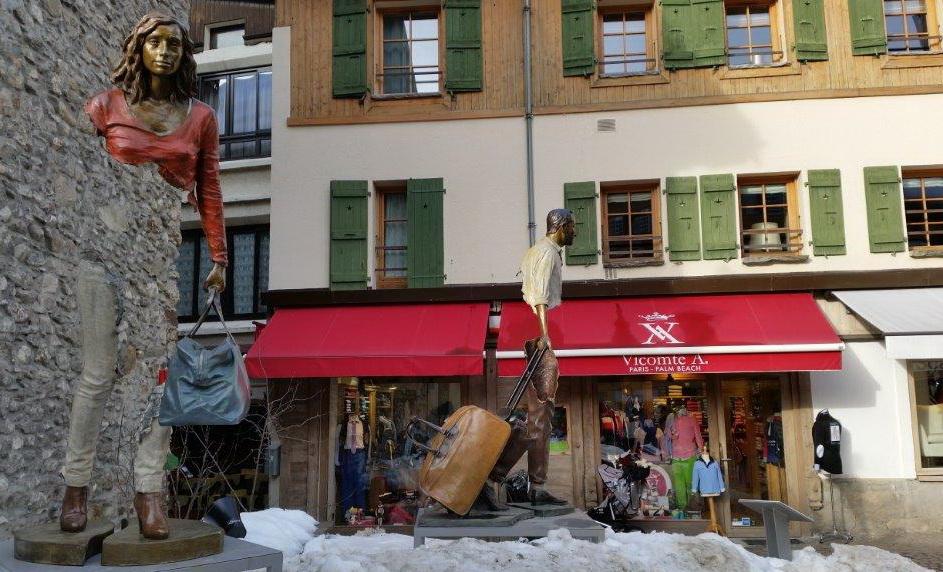 Les voyageurs de Bruno Catalano errent dans les rues de Megève